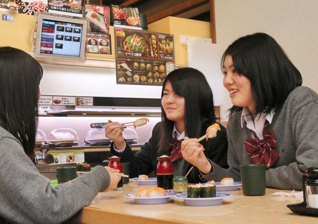 回転ずしで友達とおしゃべりを楽しむ女子高生が増加 「友達と行くならマックとサイゼ、スシローの3択」