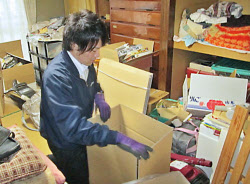 「遺品整理士」の資格を持った従業員らが作業する東京都内の業者