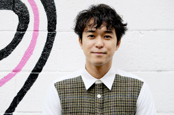 小橋賢児(こはしけんじ)<br /> 1979年東京都生まれ。88年、8歳で子役としてデビュー。<br /> 1996年映画『スワロウテイル』(監督 岩井俊二)やドラマ『ちゅらさん』(2001年)など数々のドラマ・映画に出演。2007年、俳優活動を休業し渡米 。2012年、初の長編映画「DON'T STOP!」で映画監督デビューする。<br />