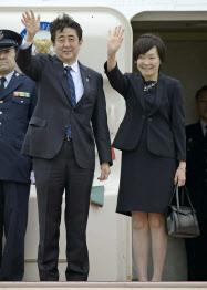 欧州に向け出発する安倍首相と昭恵夫人(29日、羽田空港)=共同
