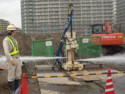 高さ163cmの小型の施工機械で、地盤を掘削しながらセメントミルクを注入する(写真:前田建設工業)