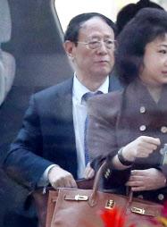 首相官邸に入る中国の胡徳平氏(4月8日)