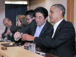 すし店での夕食会で、歓談するオバマ米大統領と安倍首相(4月23日、東京・銀座)=内閣広報室提供
