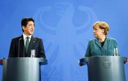 ドイツのメルケル首相(右)との首脳会談では「中国ナショナリズム」が話題になった(4月30日、ベルリン)=共同