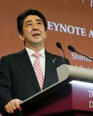 「アジア安全保障会議」に出席し、講演する安倍首相(30日、シンガポール)=共同
