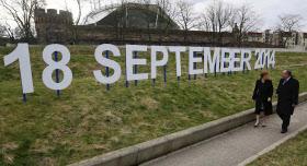 首都エディンバラのスコットランド議会の外には、独立を問う住民投票の実施日が掲げられた=ロイター