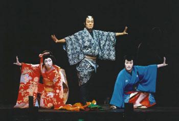 左から七之助のお嬢、勘九郎の和尚、松也のお坊(C)松竹