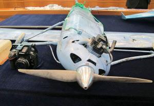 韓国領の島に墜落していた小型無人機と搭載していたニコン製カメラ(韓国国防省提供)=共同