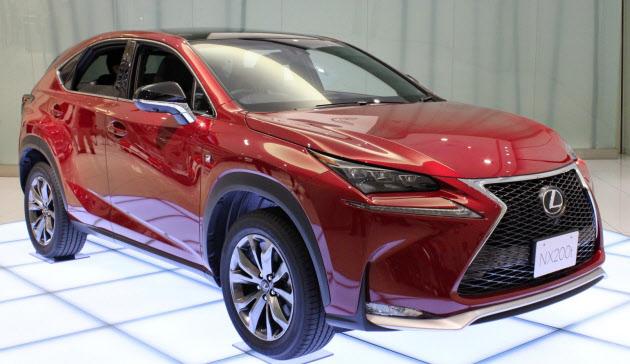 トヨタが発売した「NX」はレクサス初の小型SUVだ(写真上)。レクサスのブランドイメージ浸透を図るため表参道にカフェレストランを開設した
