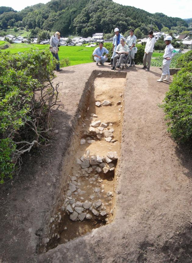 明日香村・都塚古墳は階段ピラミッド形 6世紀後半 :日本経済新聞