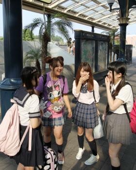 「2人は社会人で、2人は専門学校生。今日はちょっと若返りたいなと思って、ノリで制服で集合!」