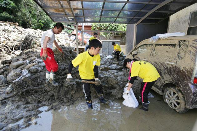 広島の土砂災害現場でのボランティア活動が本格化。泥を取り除く作業に励む中学生たち(30日)