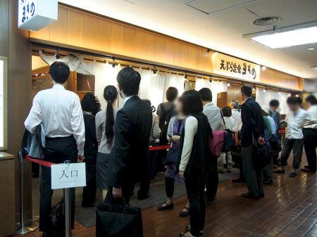 神戸三宮のセンタープラザ地下1階にある「まきのセンタープラザ店」はのれんだけの入りやすい店舗で、昼どきにはビジネスパーソンが並ぶ