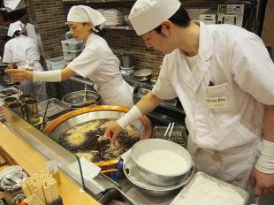 天ぷらを揚げるタイミングまでコントロールできる人材の育成が課題。パート・アルバイト従業員を2~3カ月でプロの調理人に育てられるかどうかが今後の成長のカギ