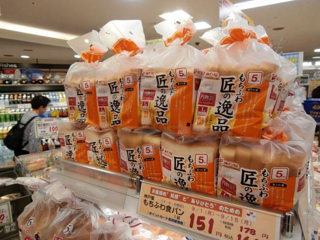 關西的超市方包,據統計超過40%是一磅5片,關東佔70%是一磅6片。(圖片:日本經濟新聞)
