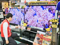 ビックカメラ有楽町店の売り場に並ぶ4Kテレビ