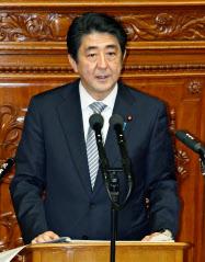 安倍首相は所信表明演説で「再生可能エネルギーの最大限の導入」を訴えた(9月29日、衆院本会議場)=共同