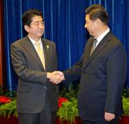 日中首脳会談を前に握手を交わす習近平国家主席(右)と安倍首相(10日、北京の人民大会堂)=代表撮影?共同