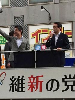 街頭で公開討論会に臨む橋下徹、江田憲司両共同代表(11月29日、大阪府池田市)