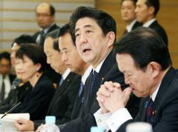 日本経済再生本部であいさつする安倍首相(27日午後、首相官邸)