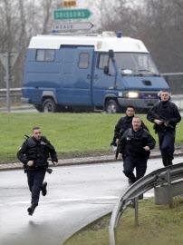 9日、パリ北東の立てこもり現場に到着した特殊部隊員=ロイター