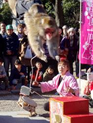 増上寺境内で猿まわしを披露する太郎次郎一門の「ゆりありく」さん(2日、東京都港区)
