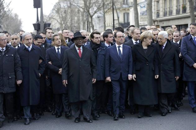 11日、パリの通りをデモ行進するフランスのオランド大統領、ドイツのメルケル首相ら各国首脳=ロイター