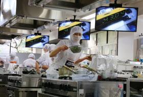 給食甲子園で優勝した秋田県藤里町学校給食センターの出場者