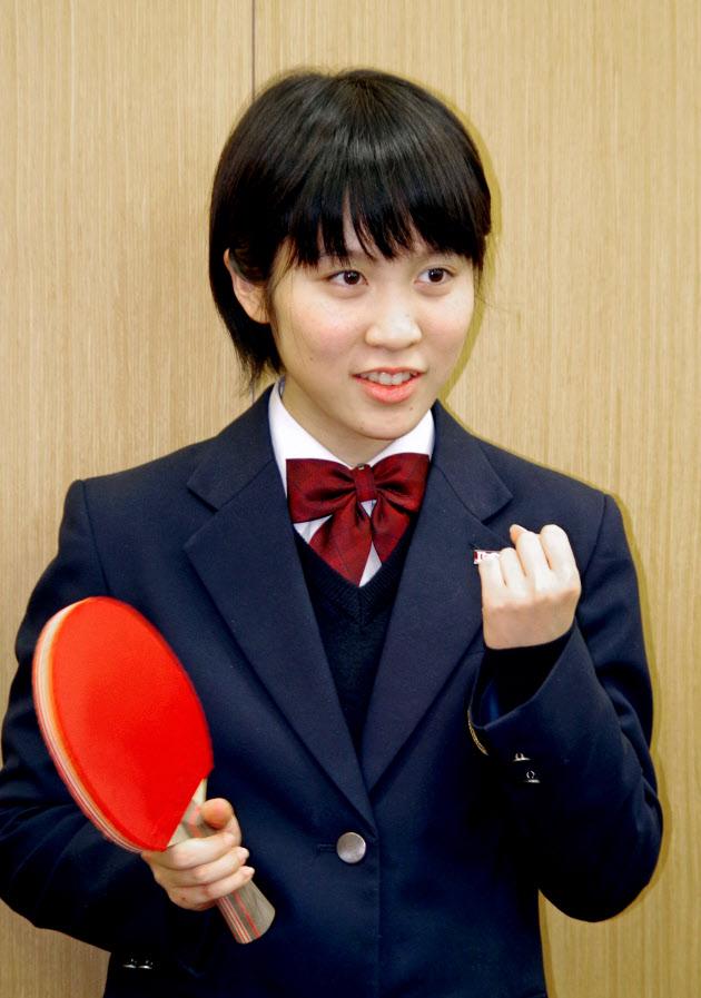 卓球世界選手権の代表に選出され笑顔の平野美宇(19日、東京都北区の味の素ナショナルトレーニングセンター)=共同
