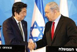 共同記者発表で握手する安倍首相(左)とイスラエルのネタニヤフ首相(19日、エルサレム)=共同