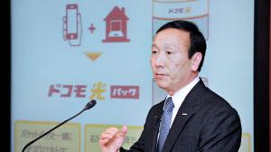 新サービスを説明するNTTドコモの加藤社長(29日午後、東京・大手町)