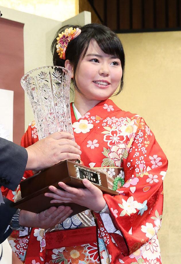 将棋の加藤女流王座が就位式 「本当の自分が出せた」