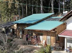 生活に使う電気を太陽光パネルと蓄電池でまかなう下野さんの家