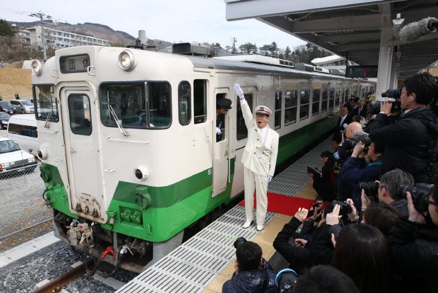 JR石巻線が全線運転再開 震災か...