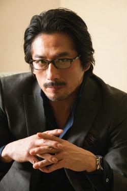 口ひげをたくわえた真田広之さん