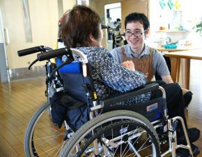 ニヤリ・ホット… 介護職場でカイゼン、活性化
