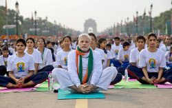 21日、ニューデリーのイベントに参加したインドのモディ首相(中央)=AP