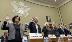 米下院委員会で証言前に宣誓するOPMのキャサリン・アーチュレッタ長官(左端)ら(24日、ワシントン)=AP