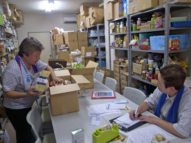 生活に困った家庭に届ける食品を箱詰めするボランティアスタッフ(千葉市のフードバンクちば)