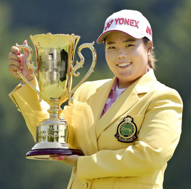 優勝カップを掲げるアン・ソンジュ(26日、伊豆大仁CC)=共同