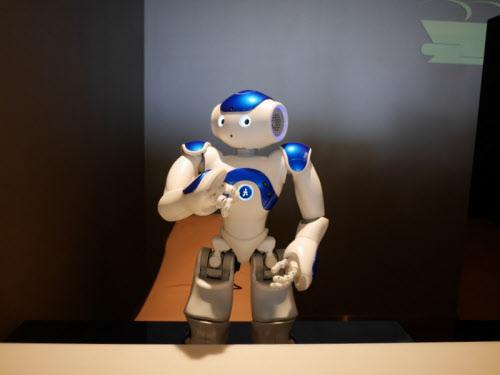 写真6 フロントにいるかわいらしい小型ロボットも場を和ませる