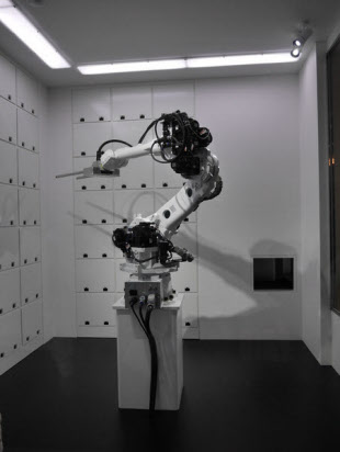 写真8 ガラス張りのクローク内でロボットが荷物を管理する