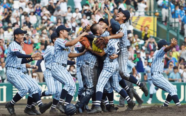 45年ぶり2度目の優勝をなし遂げて喜ぶ東海大相模ナイン(20日、甲子園)=写真 浦田晃之介