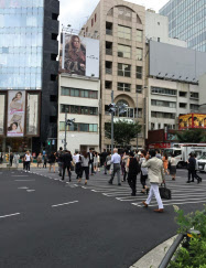 地価の上昇率が高かった表参道交差点付近は多くの人が行き交う