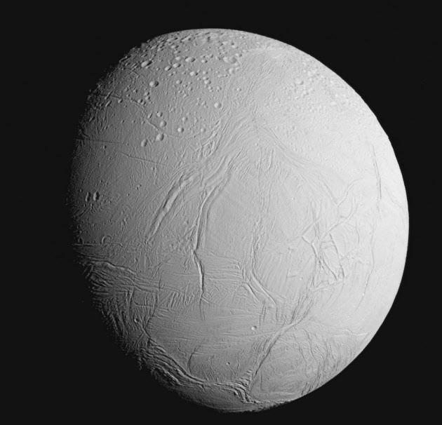 土星の衛星に「しわ」 NASA探査機が撮影(写真=共同)