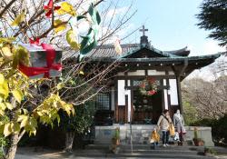 礼拝堂の入り口にクリスマスリースが飾られていた