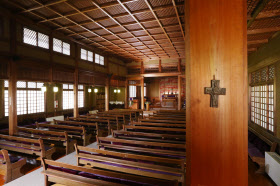 和風の意匠でまとめられた礼拝堂の内部。家具類も建築当初のもの