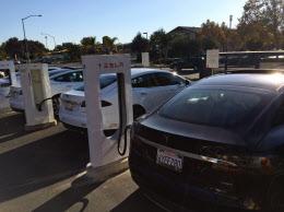テスラが自ら投資する充電ステーション。カリフォルニア州だけでも40近く設置されている