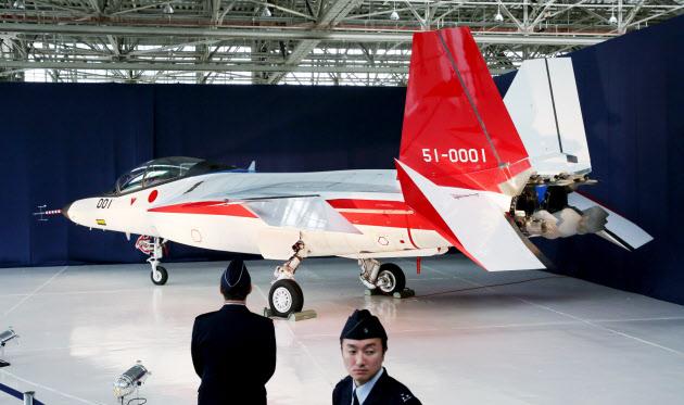 28日、報道陣に公開された先進技術実証機「X-2」(愛知県豊山町)