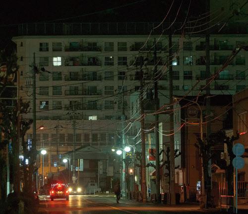 熊谷市で空き家が目立つマンション。午後8時ごろにもかかわらず数戸しか明かりがともっていない(写真:吉成大輔)